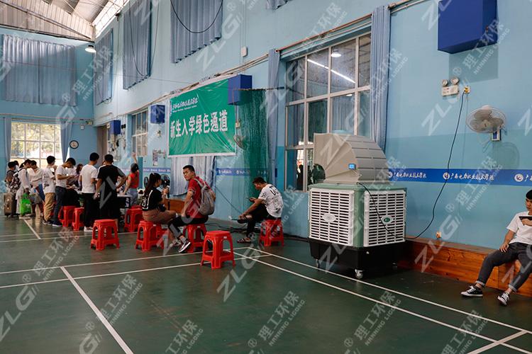 电院开学报名现场使用理工冷风机