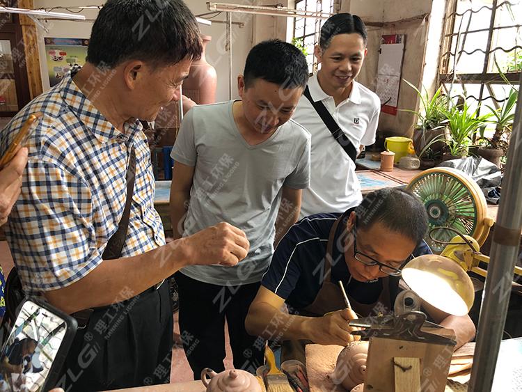 理工公司陈经理观看陶艺制作