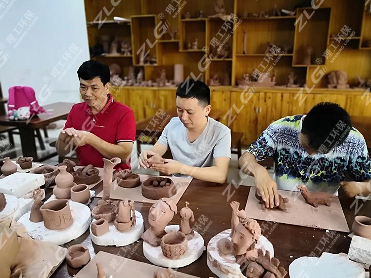 广西五金机电商会梁勇会长与理工陈晓君经理现场制作陶艺