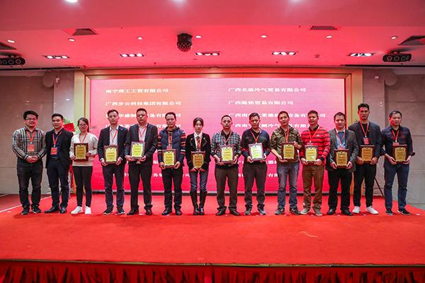 理事曹汉湖先生、郑景祝先生ZLG理工企业会员颁发会员牌匾