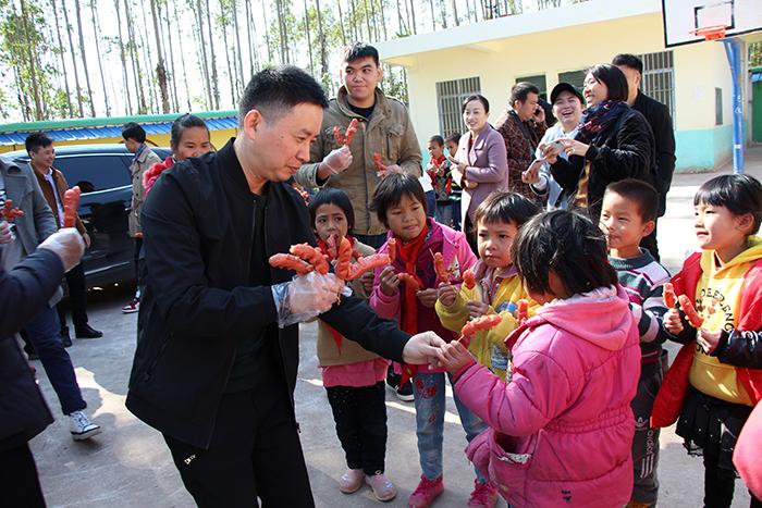 理工公司陈总跟孩子们分享食物