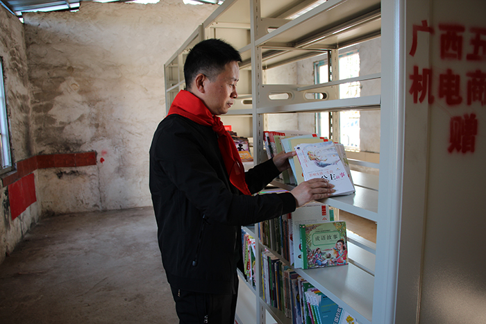 理工公司陈总为石逢小学捐赠图书