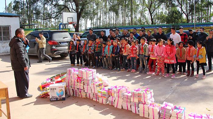 横县飞龙小学图书室捐赠仪式
