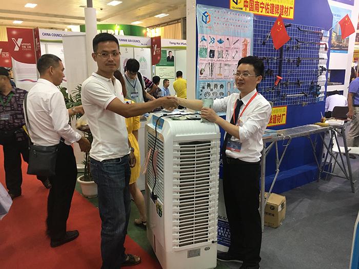 展会现场越南客户购买理工环保空调