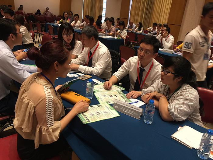 越南客户咨询理工环保空调产品