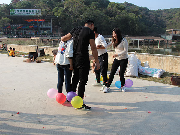 ZLG理工员工踩气球比赛